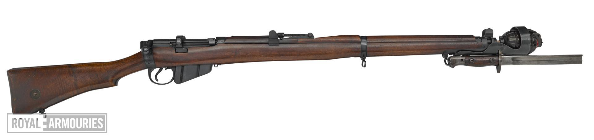 Short Magazine Lee Enfield (SMLE) Mk.III* centrefire bolt action rifle with rod grenade cup (PR.129940). Britain, 1916.