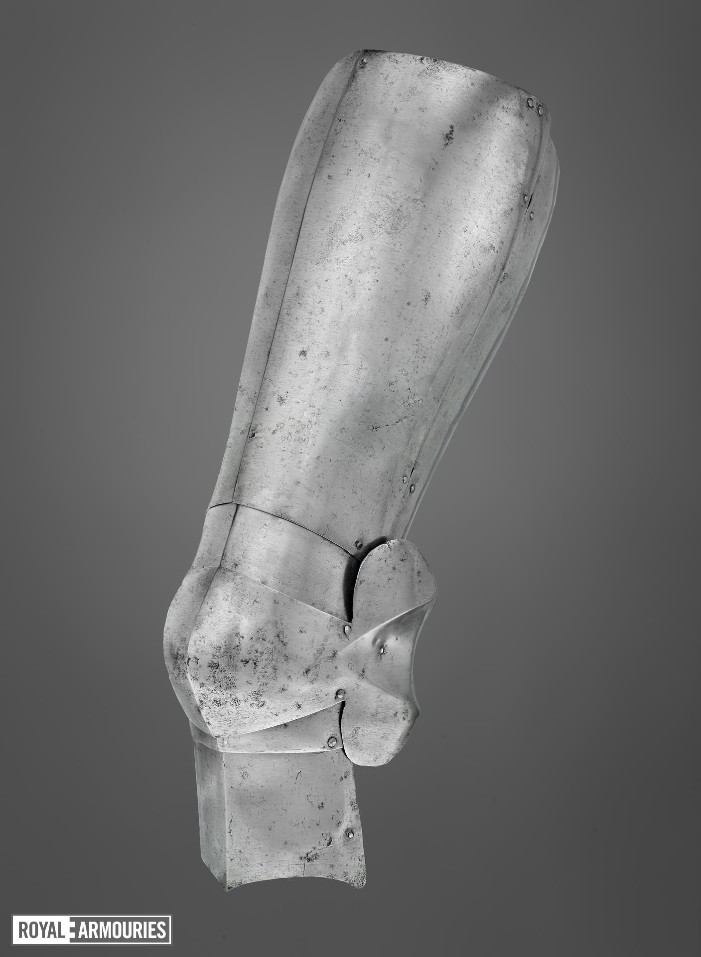 Left cuisse and poleyn (1420), Italy.