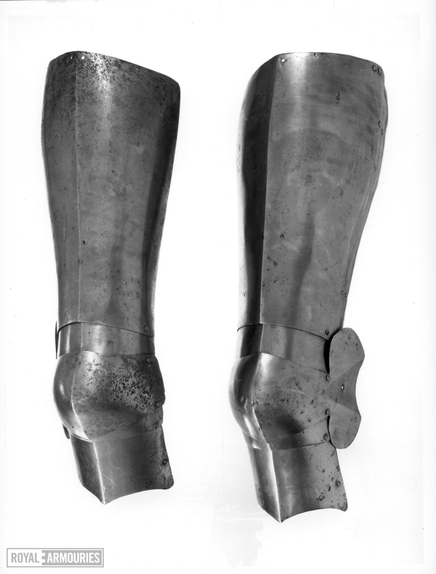 Left cuisse and poleyn Upper leg harness the cuisse overlapping the upper articulating plate of the poleyn