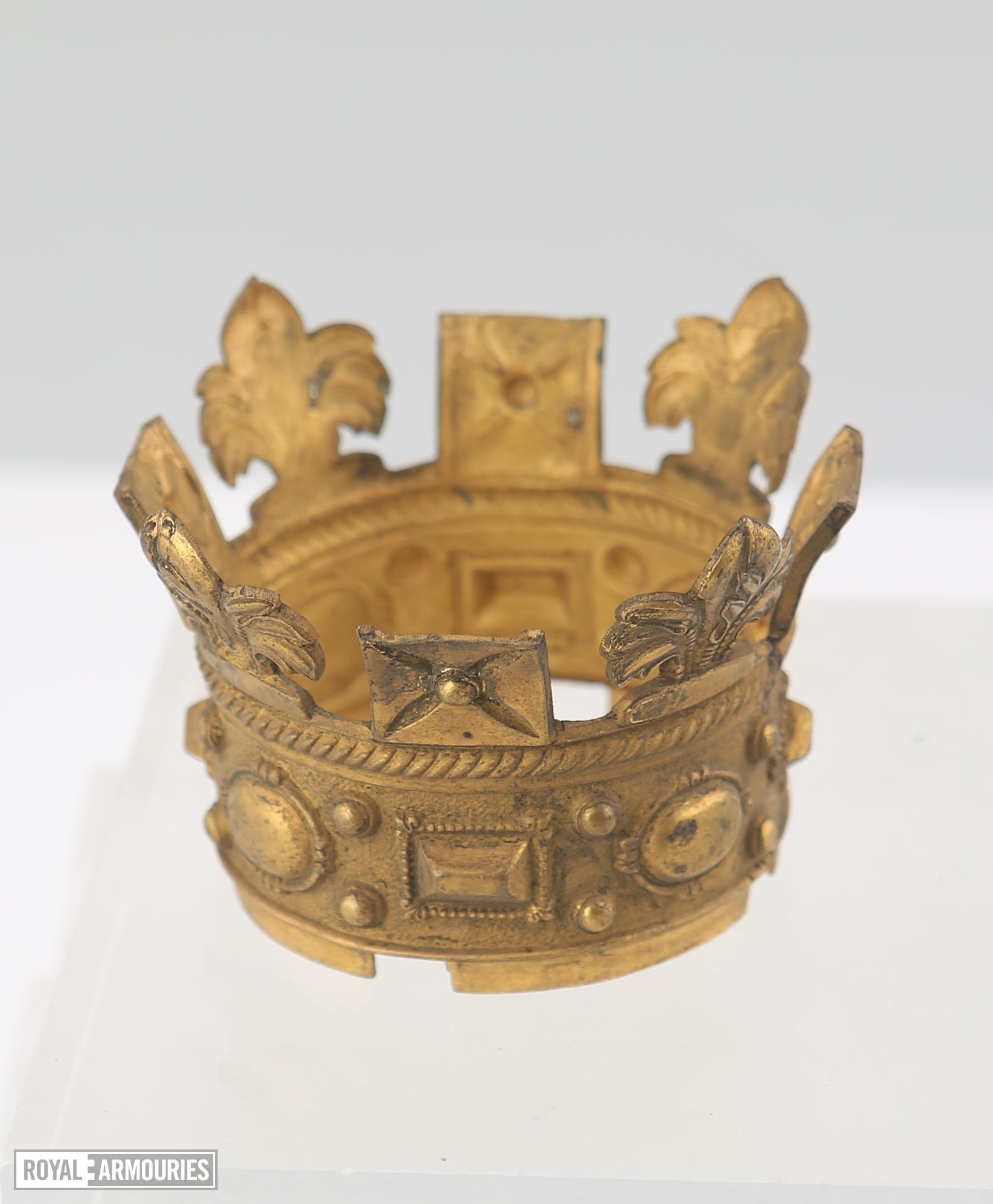 Gilt wooden crown with fixing bracket. XVIII.580