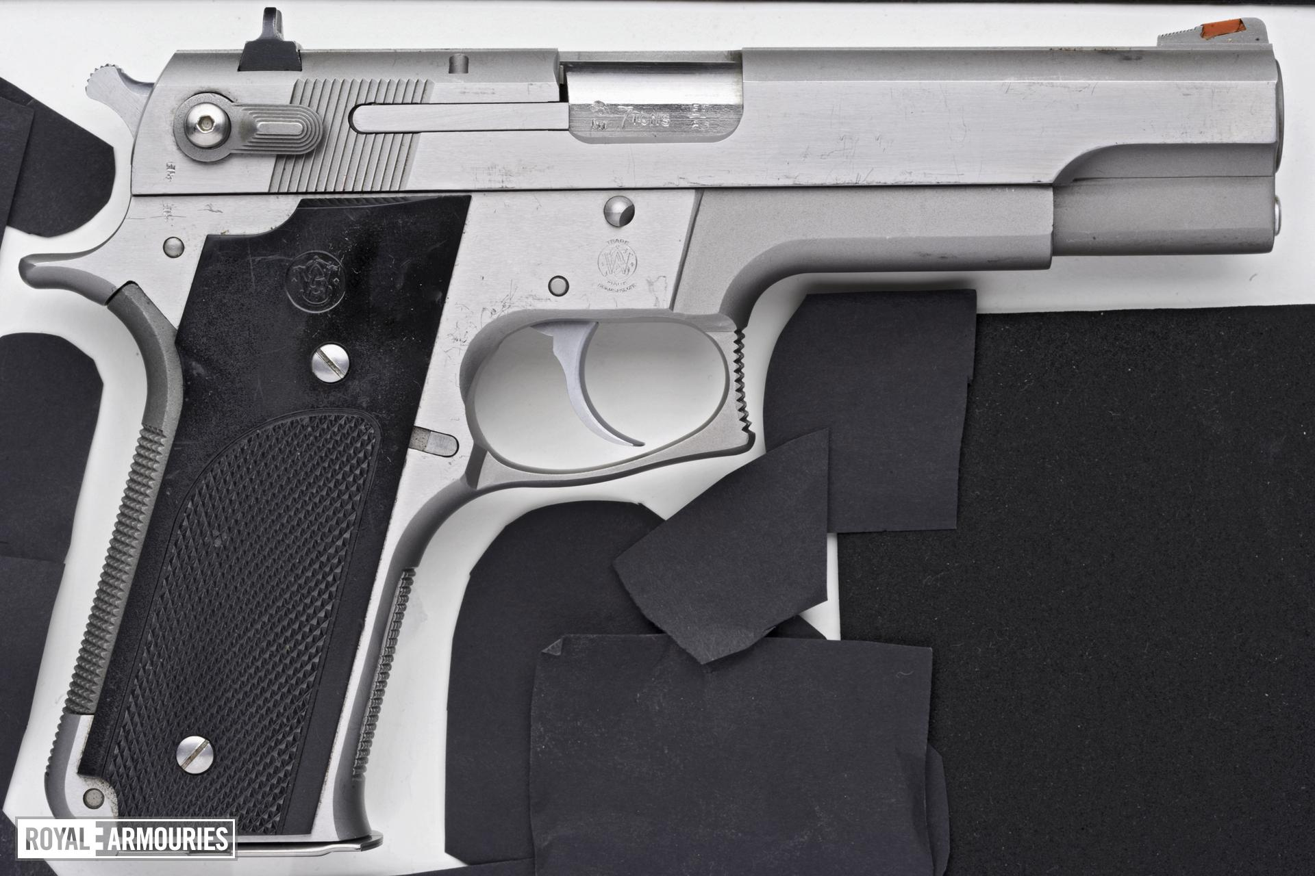 Centrefire self-loading pistol - Smith and Wesson Model 645