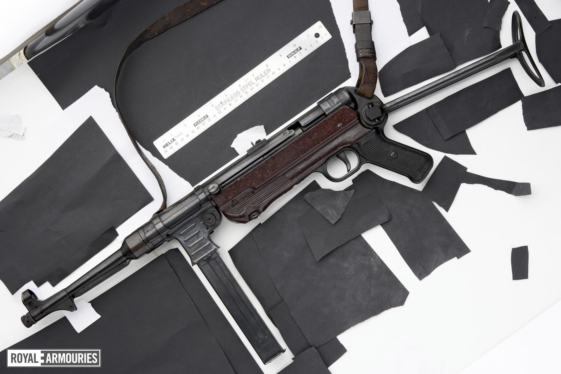 Centrefire automatic submachine gun - MP40