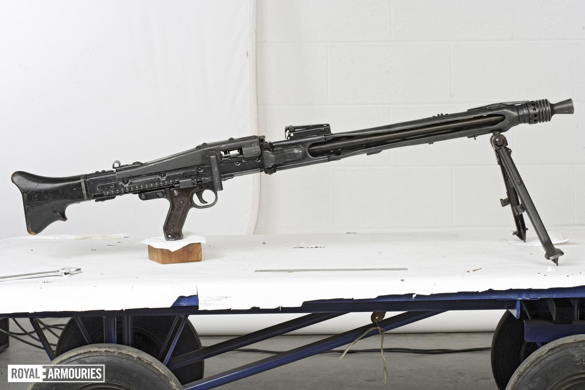 Centrefire automatic machine gun - MG42