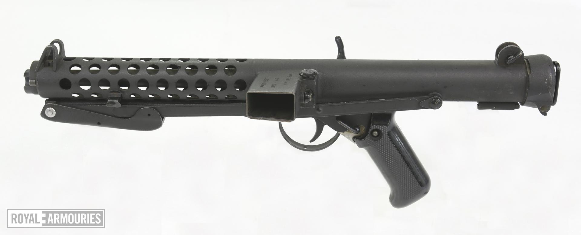Centrefire automatic submachine gun. Patchett Mk.II Experimental. Troop trials pattern  designated 'Patchett, 9mm, M/C' with Churchill dedication. PR.7330