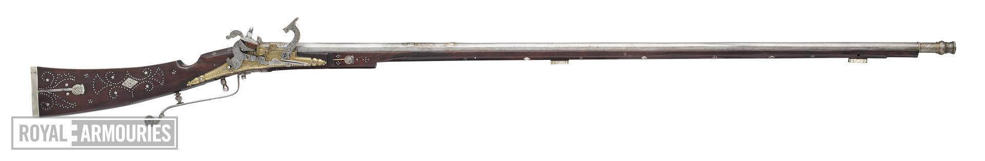 Snaphaunce muzzle-loading sporting gun - Possibly by Robert Alison II of Dundee Top jaw and jaw-screw restored.