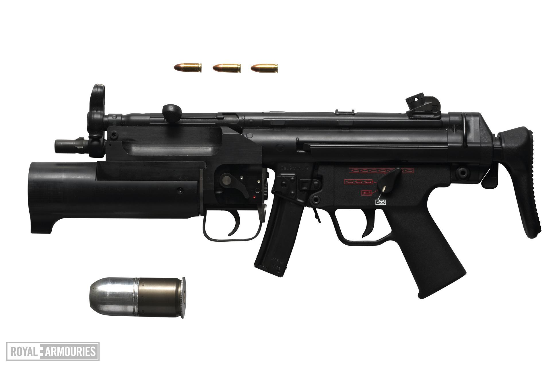 Centrefire breech-loading grenade launcher - Istec 2000 Adapted for attachment to MP5 sub machine gun